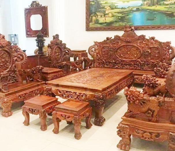 so sánh ghế sofa và ghế gỗ